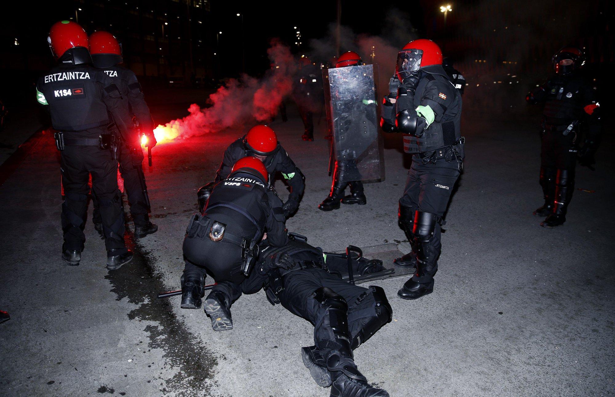 Med spopadi Ruskih navijačev in Baskovsko policijo umrl policist