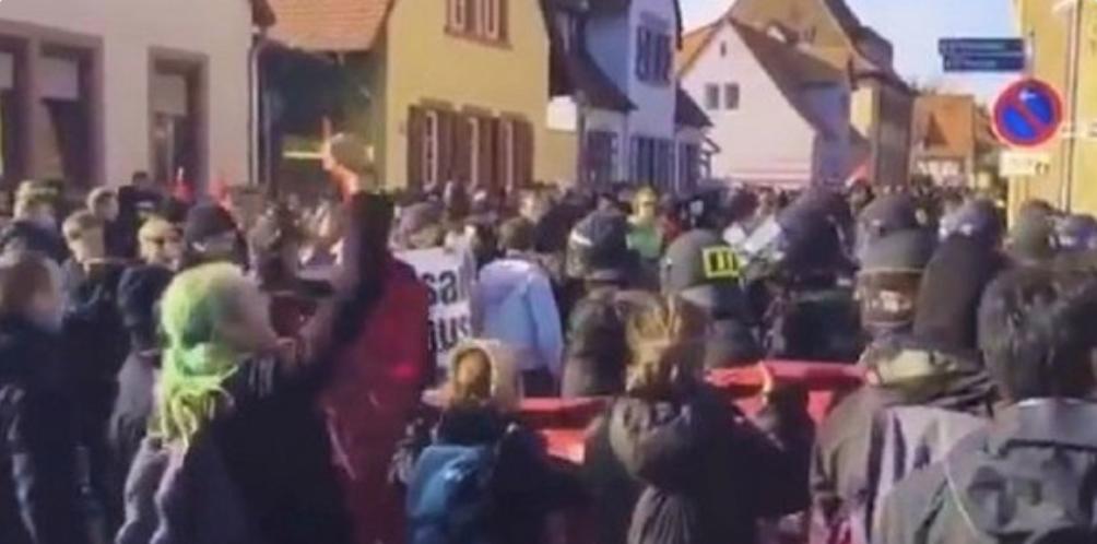 Antifa skrajni levičarji branijo Angelo Merkel